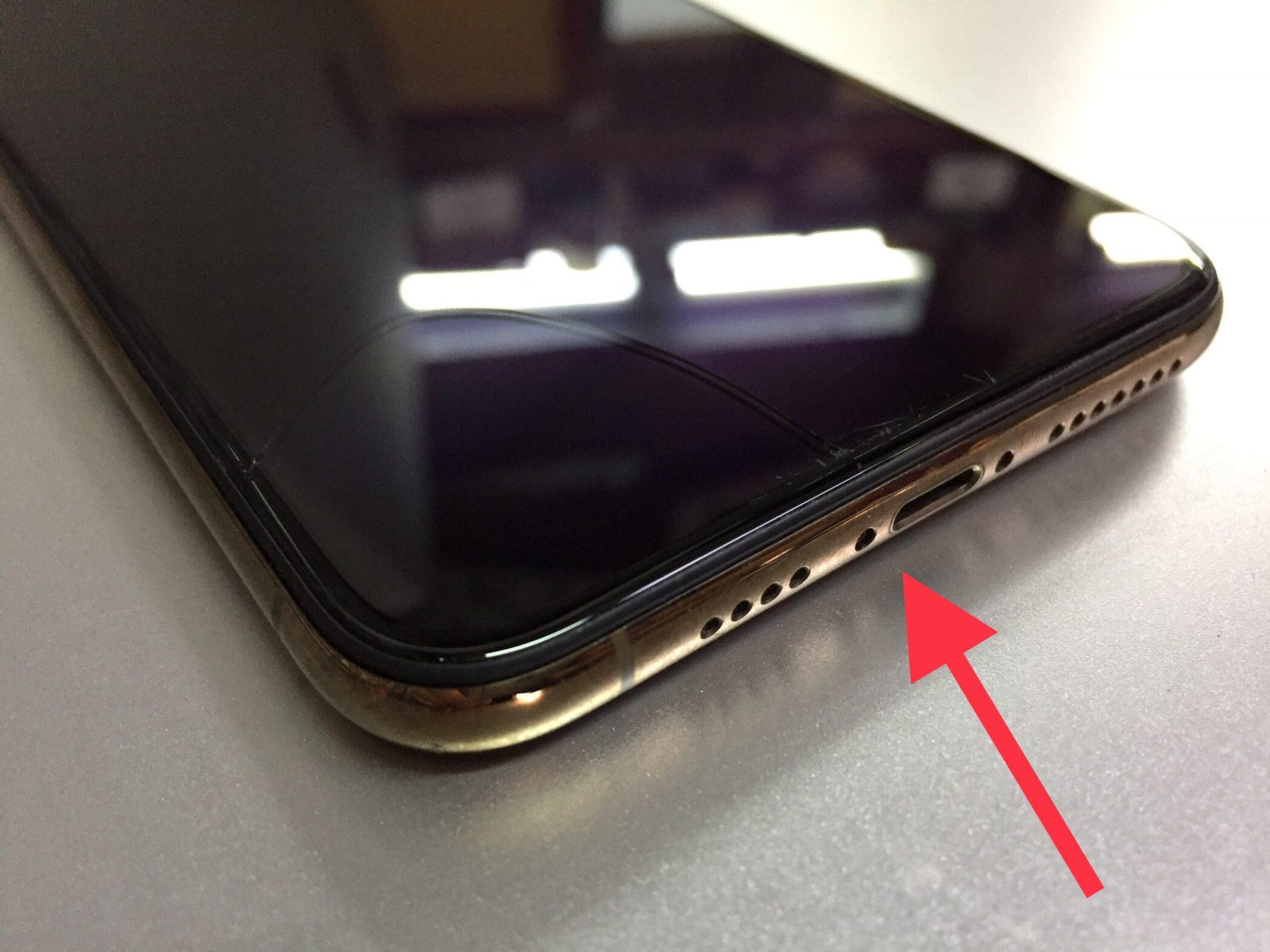 На iPhone Xs Max дисплей треснул из-за гнутого корпуса
